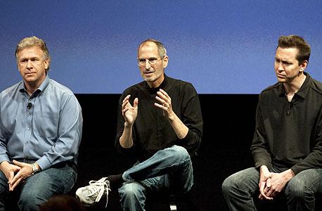 סקוט פורסטול (מימין), לצד סטיב ג'ובס ופיל שילר