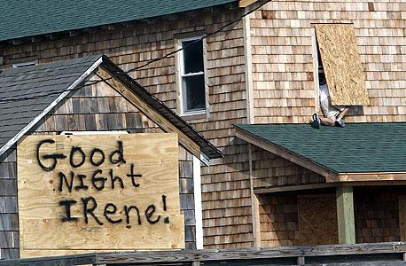 שלטים שהוכנו לקראת הסופה, צילום: בלומברג