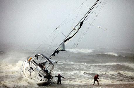 נאבקים בסופה, צילום: איי פי