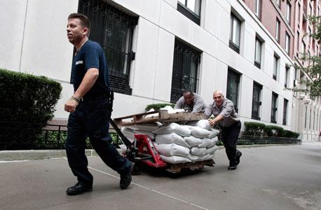 מכינים שקי חול בניו יורק, צילום: איי אף פי