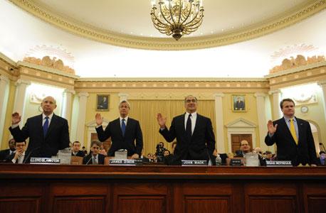 """ראשי הבנקים בוועדת החקירה של המשבר הכלכלי. מימין: בריאן מויניהן מבנק אוף אמריקה, ג'ון מאק ממורגן סטנלי, ג'יימי דיימון מג'יי.פי מורגן ולויד בלנקפיין מגולדמן זאקס. """"אם נותנים לבנקים מוטיבציה למנף, הם ממנפים"""""""