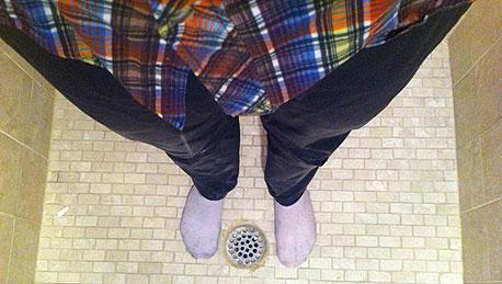 מניסוייו של דנזיקו: מקלחת עם בגדים