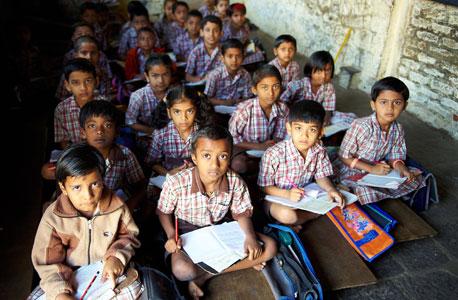 תלמידי בית ספר יסודי במדינת מהרשטה בהודו. החוק אוסר על הרופאים לגלות להורים את מין היילוד, אולי אינו נאכף, צילום: איי אף פי