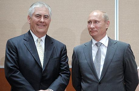 """ולדימיר פוטין (מימין) ומנכ""""ל אקסון רקס טילרסון"""