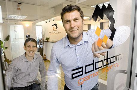 """מימין לשמאל: מנכ""""ל אדוטומי ג'ו מקורמק וסמנכ""""ל הטכנולוגיות אליאס סנדלר"""