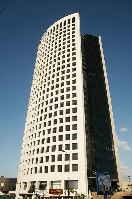 """כלל ביטוח. נכסים מרכזיים: בניין משרדים ב־KINGSWAY 22, לונדון, מגדל אדגר, פתח תקווה, בית הוורד, גבעתיים (בתמונה), פאוור סנטר, נס ציונה, בית מקאן אריקסון. היקף פעילות בתחום הנדל""""ן: כ-3 מיליארד שקל, צילום: עמית שעל"""