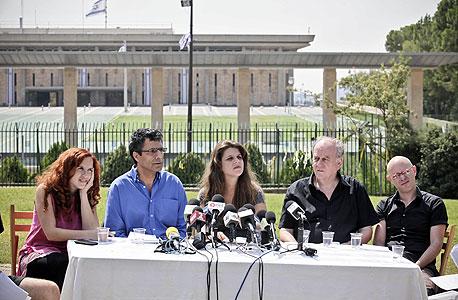 """מימין: רגב קונטס, אביה ספיבק, דפני ליף, יוסי יונה וסתיו שפיר. """"איפה אתה רה""""מ?"""""""