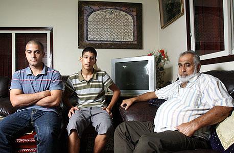 """משפחת פאדילה. סאמי (58), יוסף (30) ומהדי (21), נהג, עובד באיטום וחשמלאי, טירה. """"יש שלושה גברים עובדים בבית, שני בנים שלי עובדים אבל לא יכולים לשכור דירה. זאת הקרקע שלי. אני לא גונב מאף אחד אבל לא יכולתי לחכות לאישור לבנות בית. עד מתי הם יחיו איתנו? אם יתחילו פה הפגנות יהיה פיצוץ. תבוא המשטרה ויבוא הצבא ויהיה פה רצח"""""""