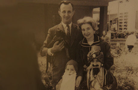 1961. לוני הרציקוביץ', בן 3 (משמאל), עם אחיו דורון, בן 7, והוריו ז'קלין ועמנואל. ביציאה מהבית בתל אביב