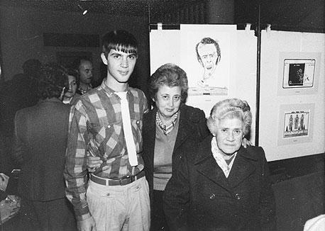 1985. גדעון עמיחי, בן 22, עם סבתו בלה (מימין) ואמו רחל בבית סוקולוב