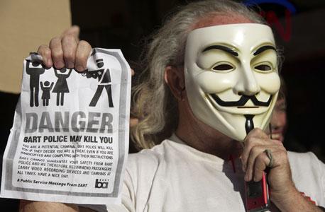 מסתבר שלחלק מההאקרים של אנונימוס יש שיער לבן, צילום: בלומברג