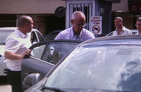 אריק שור מובל לחקירה (תמונת ארכיון)