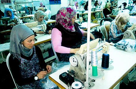 פועלות ערביות במפעל (ארכיון)