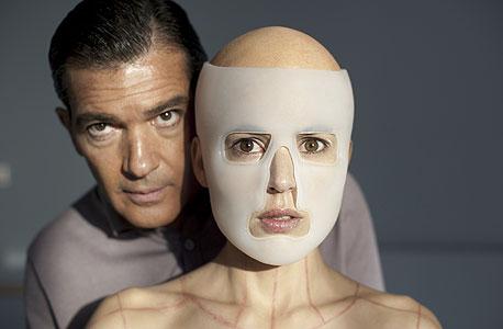 """אלנה אניה ואנטוניו בנדרס ב""""העור בו אני חי"""". מנסה ליצור אישה מושלמת"""