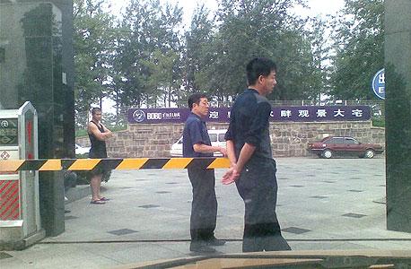 טבעת האבטחה סביב אשתו של צ'ן כשביקרה בבייג'ינג בעת מעצרו, 2007. את האבטחה עכשיו כבר אי אפשר לצלם