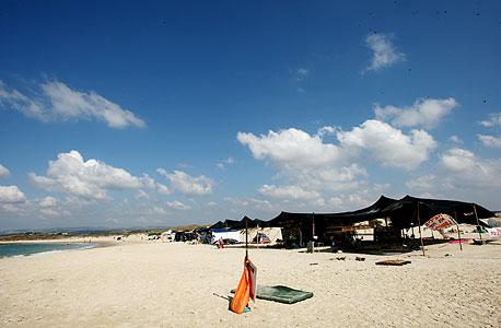 אוהל המחאה בחוף נחשולים