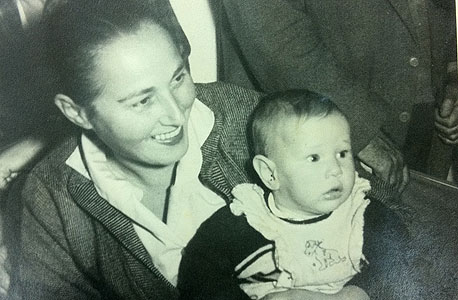 1958. ציפי לבני, בת חצי שנה, עם אמה שרה בתל אביב