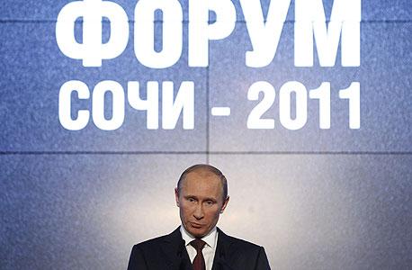 ולדימיר פוטין בהצגת הסמל של סוצ