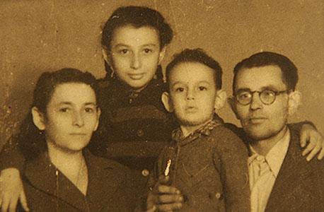 שמעון אקהויז עם הוריו ואחותו