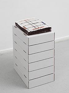 ציפוי העוגה הוא דימוי שלקוח מכריכת ספרו של מונדריאן, בהוצאת טאשן