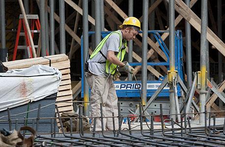 פועל באתר בניה, ארכיון, צילום: בלומברג