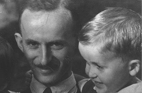 1942. רם כספי, בן שלוש, עם אביו מיכאל בירושלים