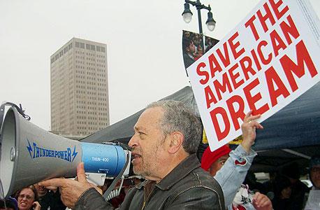 """רייך קורא """"להציל את החלום האמריקאי"""" בהפגנה בסן פרנסיסקו במרץ. """"היום אין שום דרך שבה מעמד הביניים יכול לתמוך בצמיחה"""""""