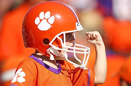 אוהד פוטבול צעיר. יותר ויותר הורים אומרים שלא ישלחו את הילדים שלהם לחוגי פוטבול