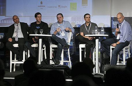 """מימין לשמאל: אלון פודהארסט, סגן נשיא Telmap, הראל טייב סגן נשיא  Conduit, נועם ברדין מנכ""""ל waze וגיא רוזן, ממייסדי Onavo"""