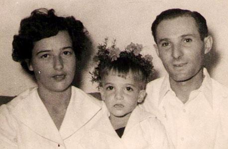 1955. יוסי קוצ'יק ביום הולדת 4 עם אביו חיים ואמו רינה בבית ברמת החייל