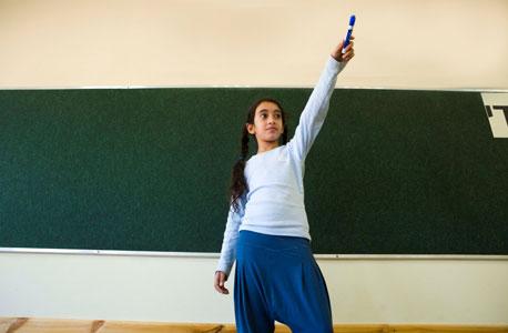 """אורלי אטיאס, תלמידת כיתה ב' מהוד השרון, בחוג """"מנהיגות צעירה"""""""