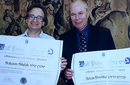 2001. מימין אברהם הרשקו מקבל את פרס נובל ברפואה