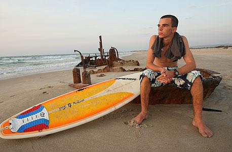 דן לנגה גולש תושב מושב הבונים בחוף
