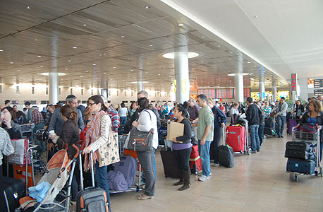 """השביתה אתמול: נוסעים ממתינים להתחדשות הפעילות בנתב""""ג"""