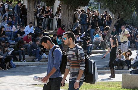 סטודנטים מחכים לפתיחת השערים באוניברסיטת תל-אביב אתמול