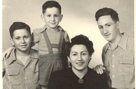 1951. ישראל מקוב, בן 12 (משמאל), עם אחיו אודי  (בן 5) והאם חיה, ברחובות