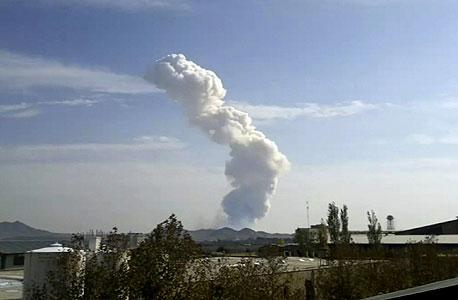 עשן מיתמר מעל אזור הפיצוץ באיראן, היום, צילום: איי פי