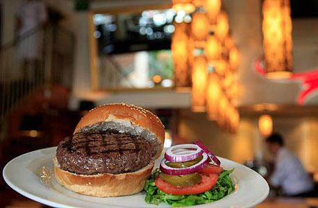המבורגר מבשר בקר טרי, סינטה בר. מחיר: 42-55 תלוי במשקל