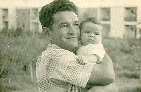 1960. שלי יחימוביץ',  בת חצי שנה,  עם אביה משה