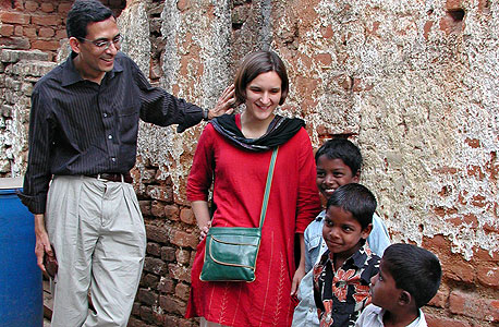"""אסתר דופלו ואבהיג'יט בנרג'י בהיידראבאד, הודו. """"אם אתה לא מחפש דרך יעילה יותר להילחם בעוני, אתה מבזבז כסף ואולי גם מבזבז חיים"""""""
