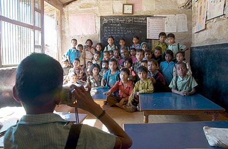 הודו: תלמיד מצלם את המורה שלו בכיתה, בניסוי שהגדיל את נוכחות המורים בבית הספר באמצעות צילום שלהם פעמיים ביום