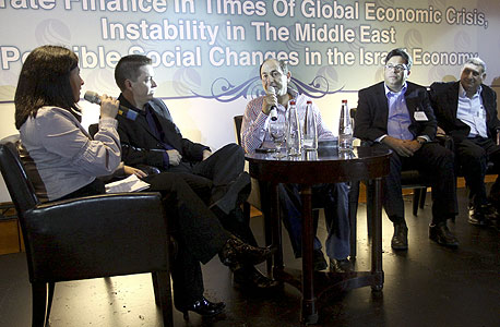 הפאנל בוועידה למימון תאגידי (רמי לוי במרכז)