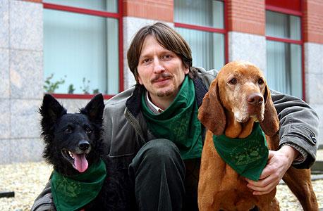 """ד""""ר אדם מיקולסי ושני שותפים למחקר. """"רוב בני האדם יודעים לפרש את המשמעות של נביחות שונות של כלבים"""""""