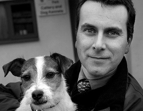 """פרופ' דניאל מילס וחבר. """"לכלבים יש שתי מערכות תקשורת — אחת לתקשורת עם כלבים אחרים ואחת של תקשורת אנושית"""""""