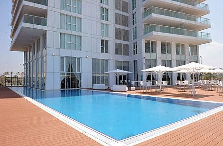 הבריכה במלון איילנד בנתניה