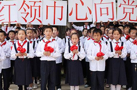 """ילדי בית ספר בסין. """"פס ייצור וסטנדרטיזציה  - אלו מושגים של המהפכה התעשייתית"""""""