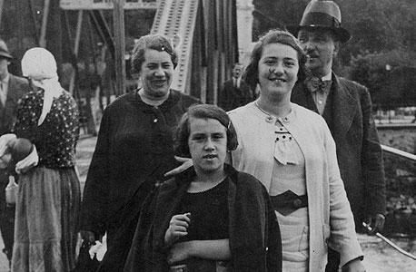 1939. אריקה לנדאו, בת 8 (במרכז), עם אחותה לילי, בת 18, וההורים אוסקר ורוזה בנופש בקרפטים