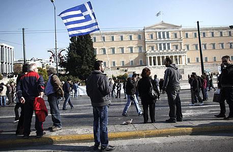 הפגנות באתונה. הממשלה כיסתה את ההוצאות האולימפיות ונכנסה לצרות שמשפיעות על המדינה כולה עד היום, צילום: בלומברג