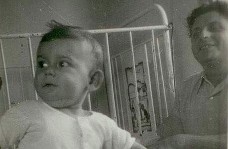 1942. דן שכטמן, בן שנה, עם אביו יצחק בביתם בתל אביב