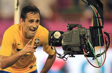 ג'ונאס, שחקן נבחרת ברזיל מול מצלמת הטלוויזיה. איך רואים את המשחק?